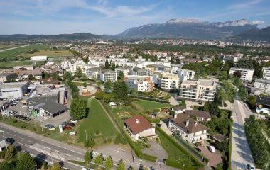Annecy-Meythet au sein d'un parc verdoyant
