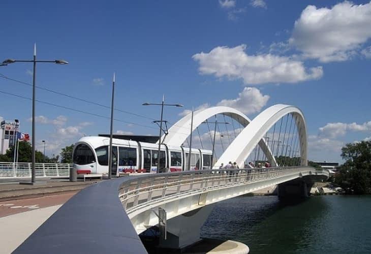 Confluence et Gerland reliés par le Pont Raymond Barre