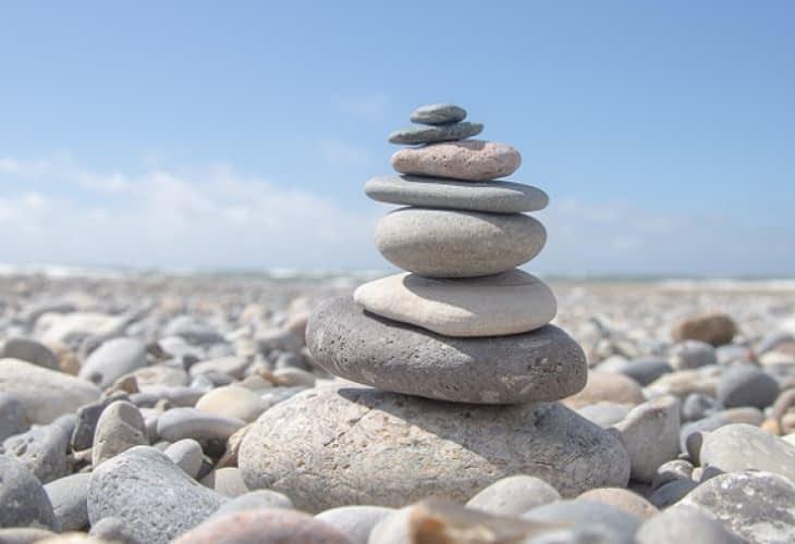 Construction : des blocs de pierre d'une tonne à déplacer à la main