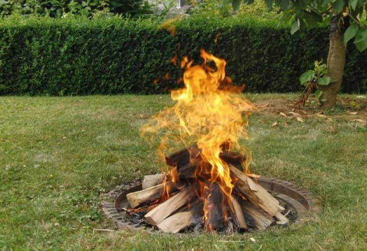 Ecohabitat : des déchets verts brûlés en plein air ?
