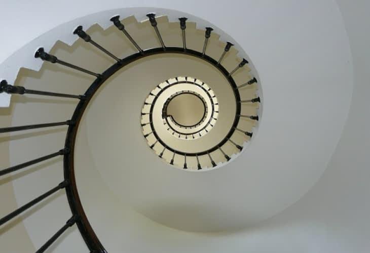 Un ascenseur manuel pour désencombrer les cages d'escaliers
