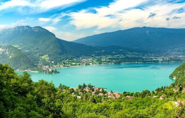 Des biens immobiliers à Annecy chauffés grâce à l'eau du lac